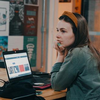 Aluna atenta aula de illustrator em Blumenau