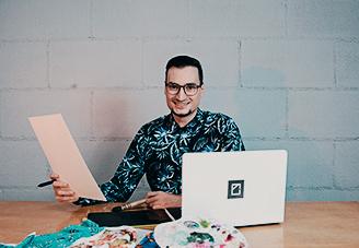 Professor do curso de Design de Estampas, Douglas Cerutti, sorrindo para foto