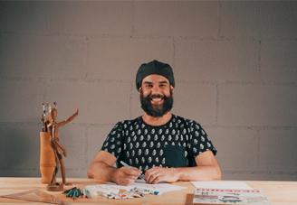 José Siqueira, conhecido como Juba professor do curso de Desenho e Ilustração sorrindo para foto