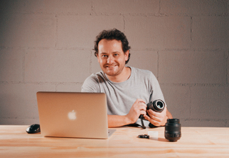 Professor Alexandre do curso de Fotografia em Blumenau