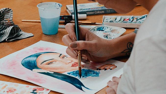 Aluna pintando com aquarela, no curso de pintura artística em Blumenau