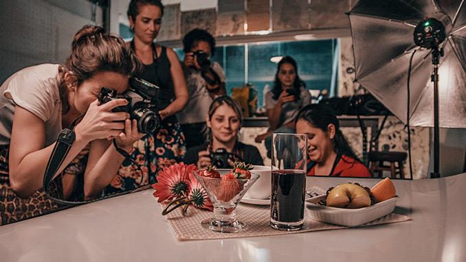 Alunas no estudio do curso de fotografia em Blumenau