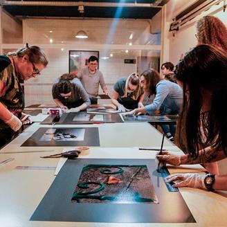 Montagem de exposição do curso de fotografia em Blumenau