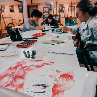 Alunas desenvolvendo a técnica de aquarela no curso de Design de Estampa