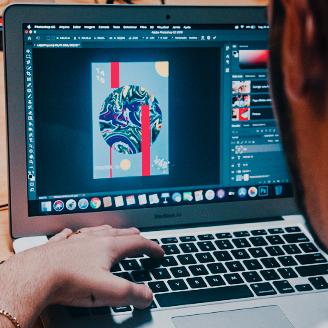 Aluno criando uma arte na aula de Photoshop Escola Casa Blumenau