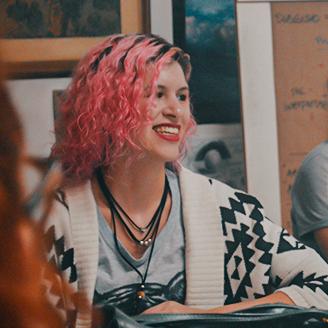 Aluna sorrindo durante a aula de Design de Estampa da Escola Casa Blumenau