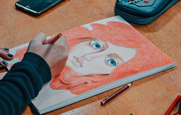 Retrato pintado em lápis de cor, no curso de pintura artística da Escola Casa Blumenau