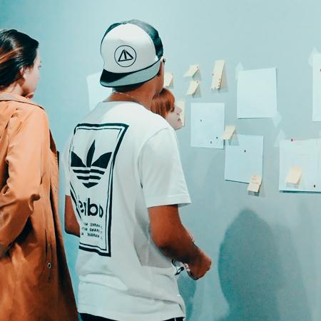 Alunos no curso de UX UI Design da Escola Casa Blumenau